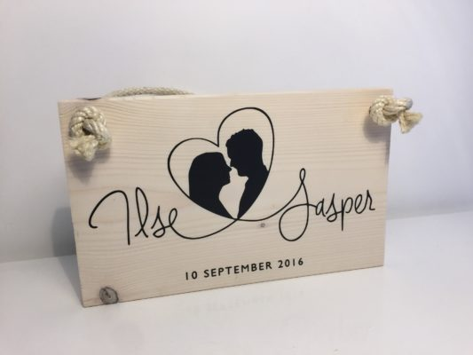 Origineel huwelijkscadeau zet de trouwkaart op hout