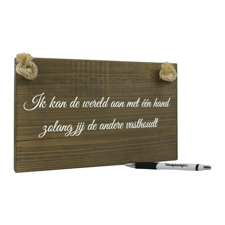 Tekst op hout - ik kan de wereld aan met 1 hand