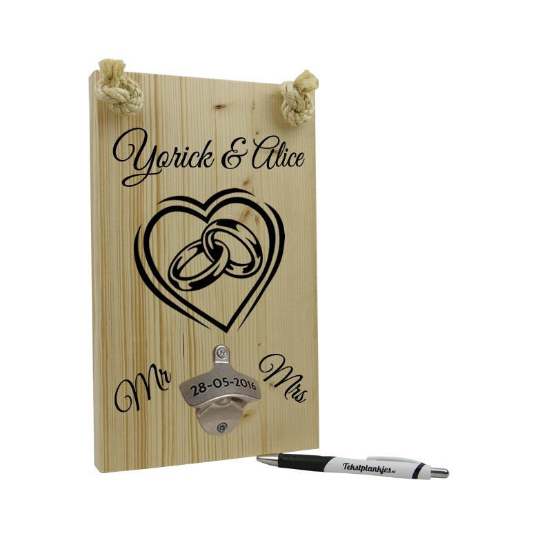Huwelijkscadeau tekst op hout hart met ringen