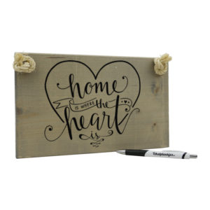 Tekst op hout: home is where the heart is