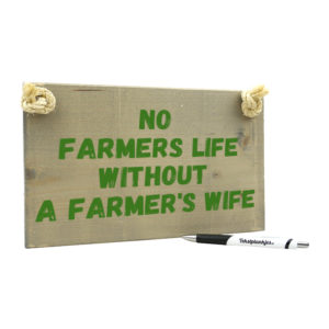 Tekst op hout: No farmers life without a farmers wife