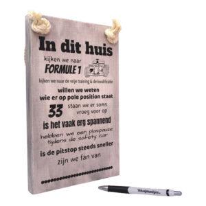 AF0058 - tekst op hout in dit huis kijken we naar formule 1 - vintage
