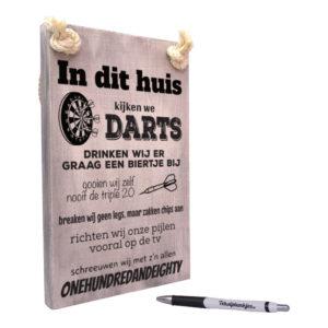 Tekst op hout - in dit huis kijken wij darts