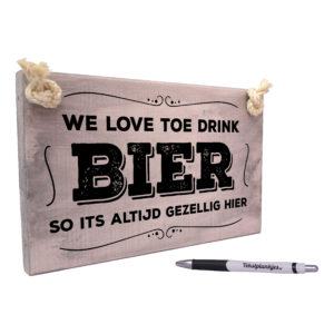 Tekst op hout tekstbord - we love toe drink bier