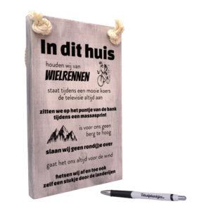 tekst op hout tekstbord - in dit huis houden wij van wielrennen