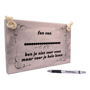 Tekst op hout tekstbord - fan van ben je niet voor even - voetbal - formule 1 - artiest