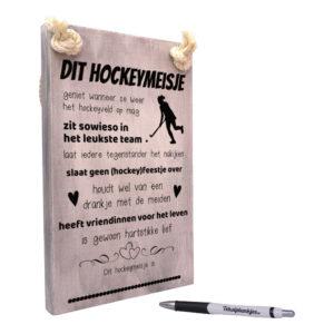 Tekst op hout tekstbord - dit hockeymeisje geniet