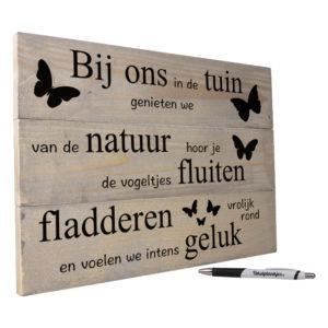 tekst op hout tekstbord - bij ons in de tuin