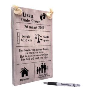 tekst op hout tekstbord - kraamcadeau geboorteplankje voetjes