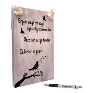 tekst op hout - tekstbord - ergens zingt een vogel