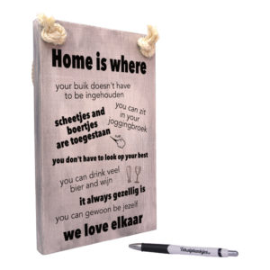 tekst op hout tekstbord - home is where we love elkaar