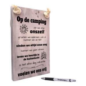 tekst op hout tekstbord - op de camping
