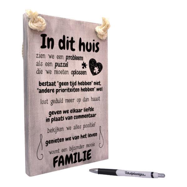 tekst op hout - teksthout - in dit huis zijn we een bijzonder mooie familie