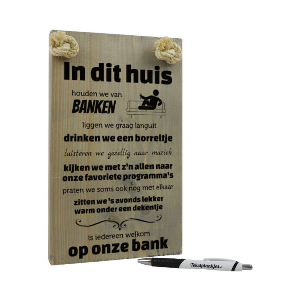 tekst op hout - origineel cadeau - tekstbord - In dit thuis houden wij van banken - vergrijsd