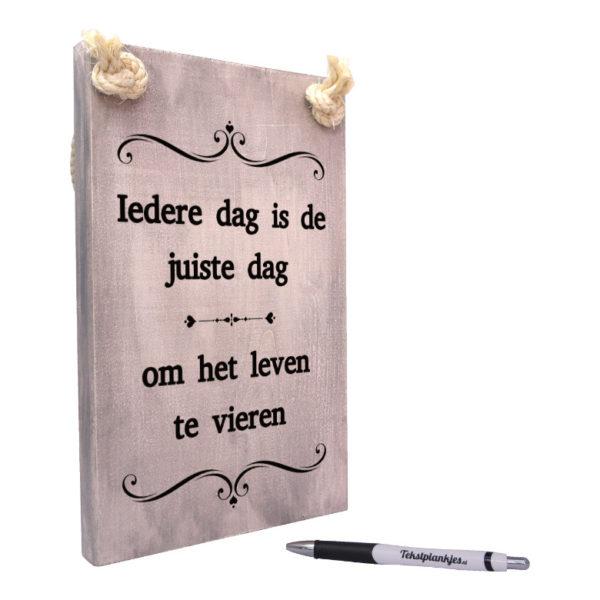 tekst op hout - tekstbord - origineel cadeau - iedere dag is de juiste dag om het leven te vieren