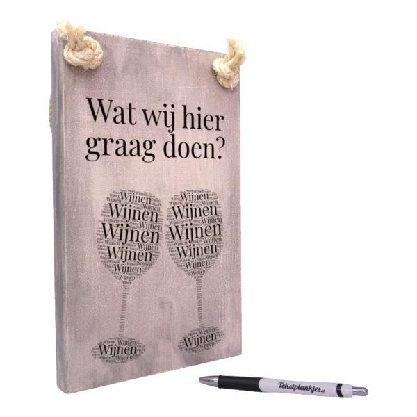 tekst op hout - tekstbord - wat wij hier graag doen - wijnen wijnen wijnen
