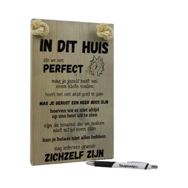tekst op hout - tekstbord - origineel cadeau - in dit huis zijn we niet perfect