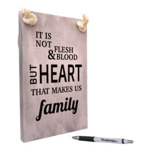 tekst op hout - tekstbord - origineel cadeau - it is not flesh and blood that makes us family