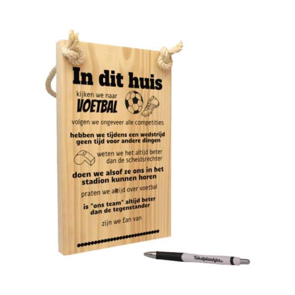tekst op hout - origineel cadeau - in dit huis kijken wij voetbal