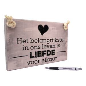 tekst op hout - origineel cadeau liefde - het belangrijkste in ons leven is liefde voor elkaar